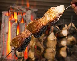こだわりのラオス産備長炭でじっくり職人技で仕上げる囲炉裏焼き