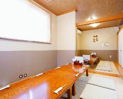 座敷は最大で20名様、ふすまで仕切れば2部屋の個室になります。