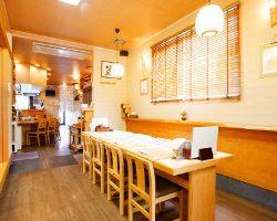 テーブル席は最大で10名様、4名様2テーブルと分けての利用も可。