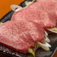 牛タンの中でも特に柔らかい芯タンに葱をはさんで美味しさ倍増