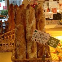 白神天然酵母を使用し、甘くしっとりとパンに仕上げます。