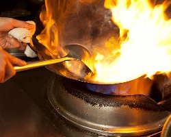 本場の料理人が舌の肥えた日本人の合わせ腕を振るいます。