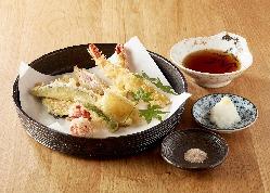 旬の桜海老の豊かな風味と甘みが鰹節香る温かい汁に広がります。