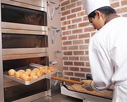 自慢のパンは店内で焼き上げております。