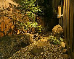 小さな庭園でお出迎え