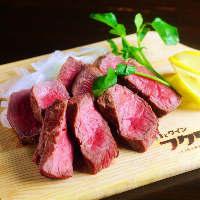 【鉄板グリル】赤身の柔らかいお肉を鉄板で力強く焼いています。