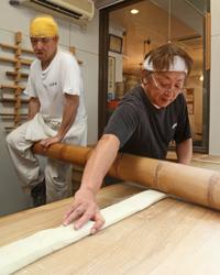 太い竹の端を一端に固定して、全身の重みで打ちます