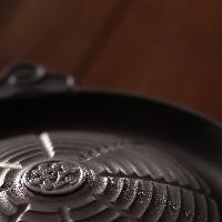 ジンギスカン専用鍋で美味しさ倍増