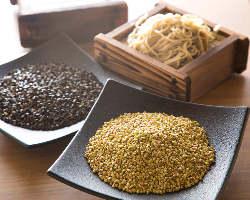 こだわりの国産そば粉を使用した十割蕎麦は絶品です。