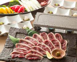 鴨溶岩焼きは朝〆の新鮮な国産鴨肉を使用した人気の逸品です。