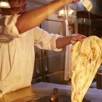 焼き立てのナンの仕上げにはバターをかけ美味しさを際立たせます