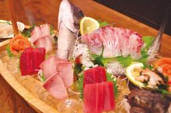 その日に獲れた新鮮な海の幸を盛り付けた メイン料理、船盛!