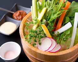 しも井でのお食事のスタートは野菜ソムリエが選ぶ旬の野菜から。