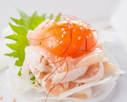朝〆の鳥取県産大山鶏を使用。お酒との相性も抜群の一品です