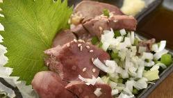 新鮮な肉刺しも楽しめる「八郎酒場」