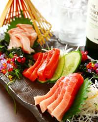 築地直送の新鮮な魚介は是非お造りで!地酒や焼酎と合わせて堪能