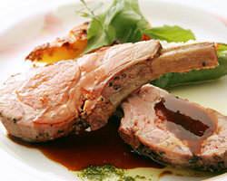 お肉の旨味を最大限に活かせる低温真空調理による仔羊のロースト