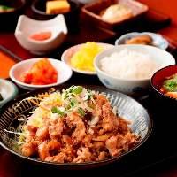 【人気の定食】 しょうが焼き、ロースかつなどパワフルな定食