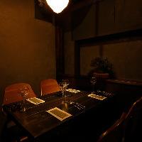 大人の雰囲気漂う、ほの暗い落ち着いた半個室は2〜4名様まで◎