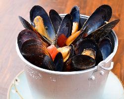 大人気のバケツdeムール貝マリニエール 味も3種から選べます