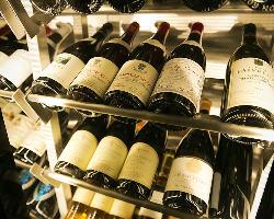 料理と引き立てあうワインを、店主が多数厳選して取り揃え