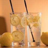 大人気!特製レモネードで作るレモンサワーで乾杯♪