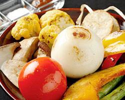 野菜ソムリエの店主が選りすぐっ た農園野菜も名物です!