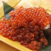 今が旬!当店自慢の『こぼれイクラ軍艦寿司』お皿いっぱいイクラ
