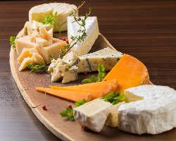 世界各国の厳選チーズは500円~。お好きなチーズを探しましょ★