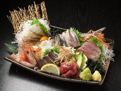 旬のお刺身盛り合わせ。ぷりぷりのの鮮魚の旨みをご堪能下さい。