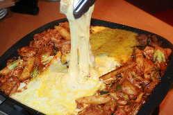 鶏肉や野菜などを甘辛のタレに漬け込み、たっぷりのチーズで♪