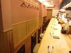 カウンターメインの落ち着いた店内。奥にテーブル席もございます