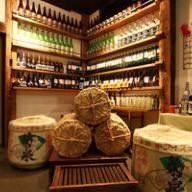 米俵と酒瓶、日本酒樽がお出迎え! 圧巻のいろは入り口!