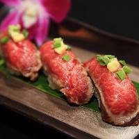 食べ応え抜群の肉寿司!肉の旨みをたっぷりと味わってください!