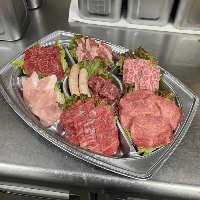「食肉センターセット」は5,000円(税抜)。一品料理も充実