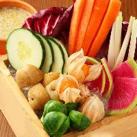 大人気!丸の内店のお通しは季節野菜のバーニャカウダ!