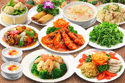 円卓を囲んで和やかにお食事をお楽しみいただけます。