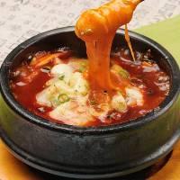 韓国の細長いお餅をピリ辛のソースにチーズをトッピング!