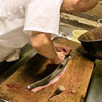 経験豊富な店主が毎日新鮮な鰻を丁寧にさばいています。