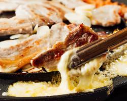 チーズはサムギョプサルとも好相性!たっぷり付けて召し上がれ♪