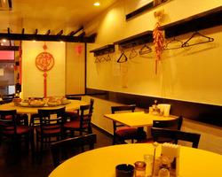 中華テーブルなど、フロアも席もゆとりたっぷり。