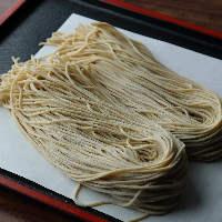 北海道産など香り高い国産蕎麦粉で仕立てる手打ち蕎麦は必食