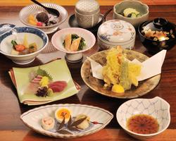 ご宴会コースは3,500円~。 旬な食材のみ使用しております。