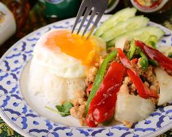 [大人気のガパオ] 鶏挽き肉をバジル等野菜と炒めたファン多き逸品