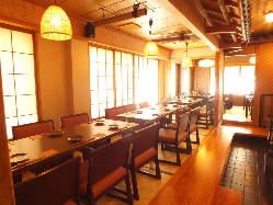 【二階テーブル席】 3~6名様のお食事や15名様迄のご宴会に