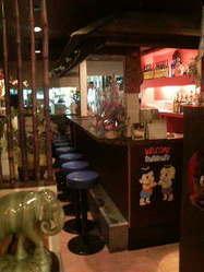 タイ好きなお客様同士・タイ人スタッフと盛り上がるカウンター席