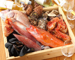 店主厳選の新鮮魚介を使った料理も魅力の一つ