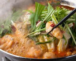 国産特上モツ鍋やホエー豚のタジン鍋、リコピン豊富なトマト鍋が自慢!