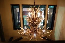 [洒落たインテリア] 吹き抜けを飾る美しい鹿の角のシャンデリア