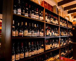 壁一面にずらりと並ぶワインから、お好きなものを選んで注文OK